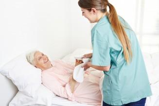 Ambulante Pflegekraft wäscht Seniorin