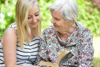Seniorin wird durch Angehörige betreut