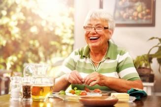 Seniorin isst Essen auf Rädern