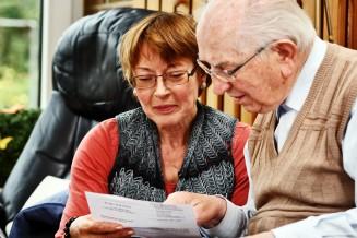 Angehörige und Senior besprechen Pflegezusatzversicherung